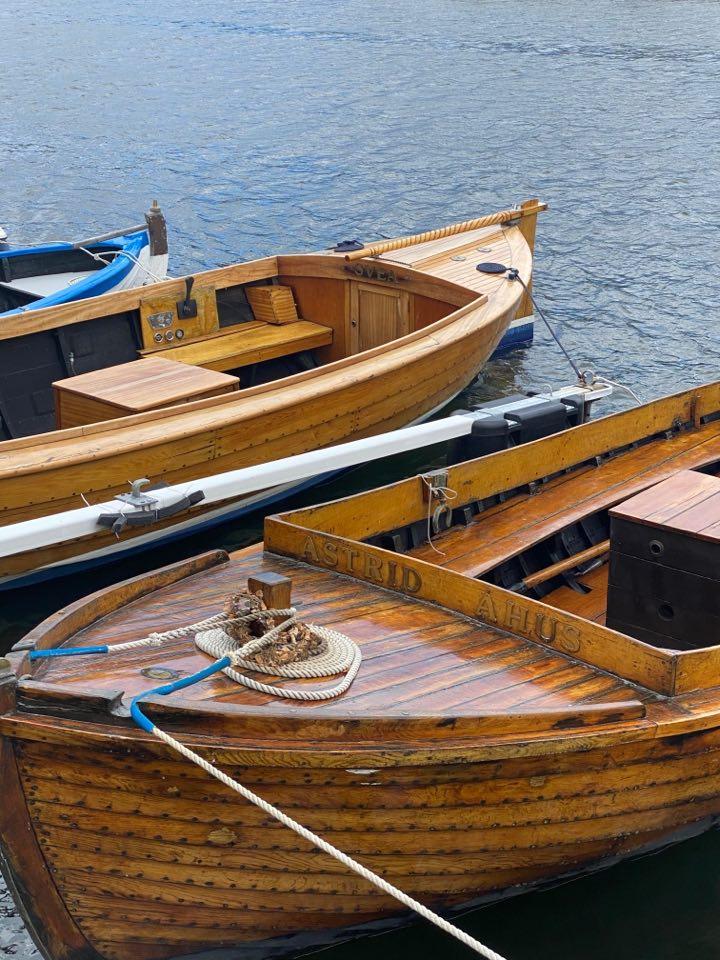 träbåtar i hamnen